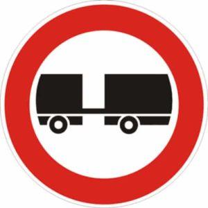 cartello transito vietato ai veicoli a motore trainanti un rimorchio